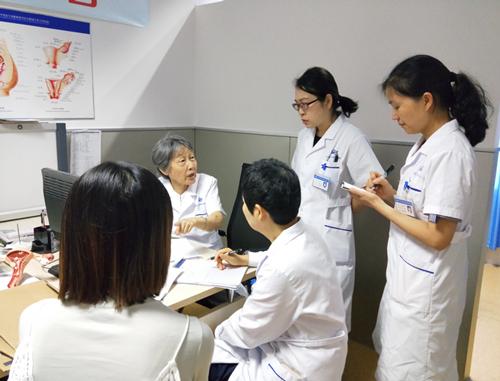 杨延林教授正和医生们交流诊疗重点