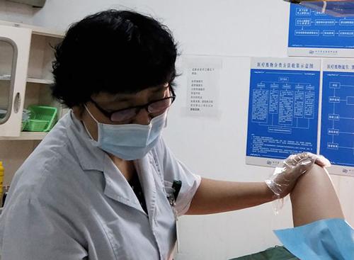 省生殖健康研究中心附属医院放射科戚海芳老师正在对患者进行心理安慰