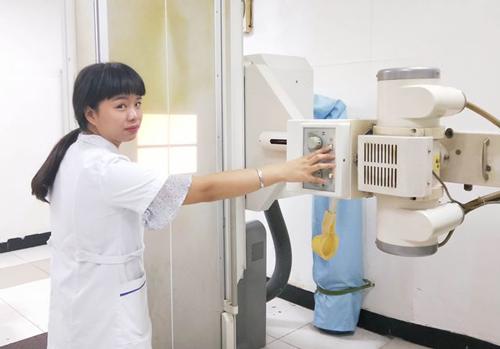 上班前生殖医院放射科工作人员预热调试机器